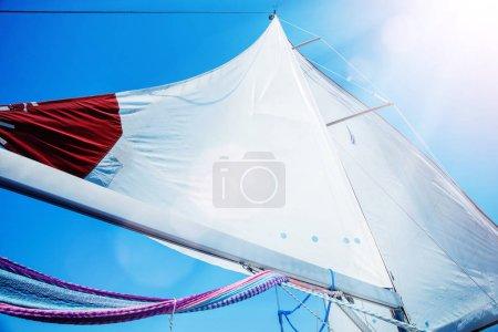 Photo pour Voiles blanches d'un voilier au vent - image libre de droit