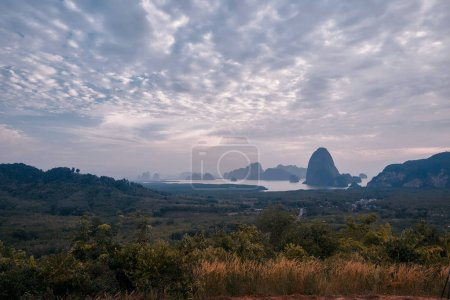 Photo pour Lever de soleil au point de vue de Samet nangshe, parc national de la baie de Phang nga, Thaïlande. Destinations touristiques populaires pour Sud de la Thaïlande - image libre de droit