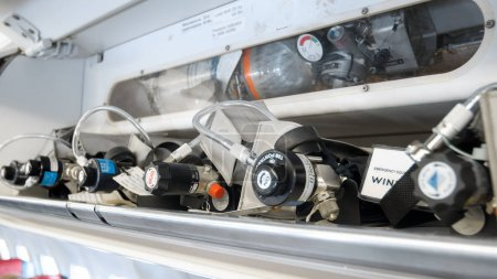 Photo pour Photo rapprochée des soupapes de pression sur les bouteilles d'oxygène de secours dans les avions à réaction - image libre de droit
