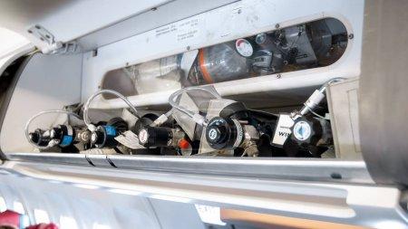 Photo pour Photo rapprochée de soupapes et tubes de sécurité d'urgence sur avion à réaction moderne - image libre de droit
