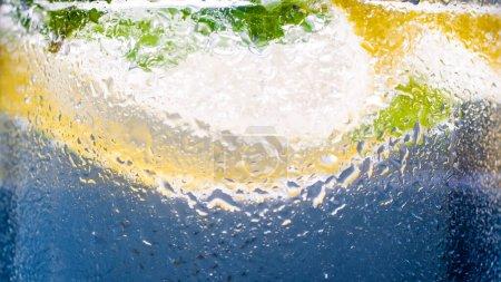 Photo pour Macro image de verre froid brumeux avec de la limonade citron glacé . - image libre de droit