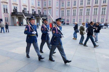Prag, Tschechische Republik - 12. Oktober 2008: Drei uniformierte Wachen paradieren auf der Prager Burg.