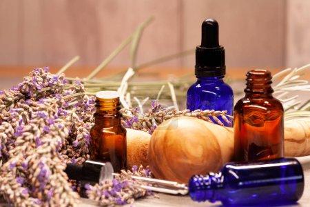 Photo pour Composition spa avec lavande, pilon en bois et bouteilles d'huiles essentielles - image libre de droit