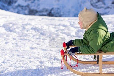 Foto de Niña en traje de esquí con una tabla de snowboard en las montañas - Imagen libre de derechos