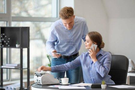 Photo pour Comptables masculins et féminins travaillant dans le bureau - image libre de droit