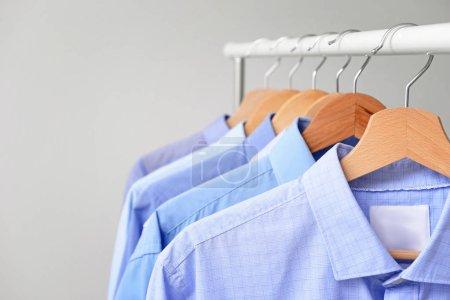 Stojak z ubraniami po praniu na jasnym tle, zbliżenie
