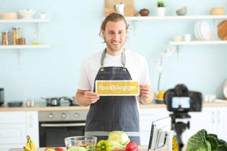 Photo pour Vidéo d'enregistrement de blogueur alimentaire à la maison - image libre de droit