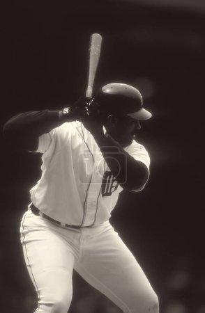 Photo pour Cecil Fielder au bâton pour les Tigers de Detroit lors d'un match de saison régulière au Tiger Stadium de Detroit. Cecil Fielder se retire après avoir joué les dix-sept ans de baseball professionnel. - image libre de droit