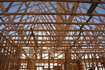Photo pour Un nouveau cadre de construction est assemblé par une équipe de l'entreprise de construction qui emploie les travailleurs. Ces maisons sont construites en Arizona qui est dans la partie sud-ouest des États-Unis . - image libre de droit