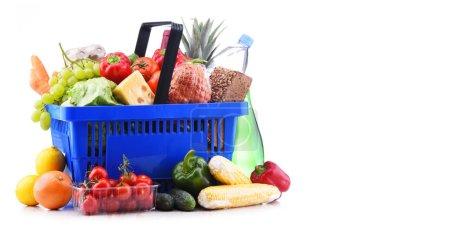 Photo pour Panier en plastique avec assortiment de produits d'épicerie isolés sur blanc - image libre de droit