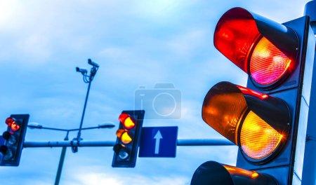 Светофоры над городским перекрестком .