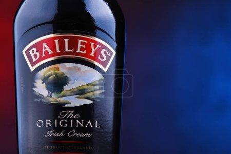 Photo pour POZNAN, POL - DEC 7, 2018 : Bouteille de Baileys Irish Cream, une liqueur irlandaise à base de whisky et de crème, fabriquée par Gilbeys of Ireland. Marque actuellement détenue par Diageo . - image libre de droit