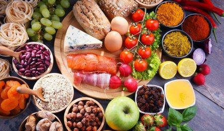 Photo pour Composition avec divers produits alimentaires biologiques sur table de cuisine en bois. - image libre de droit