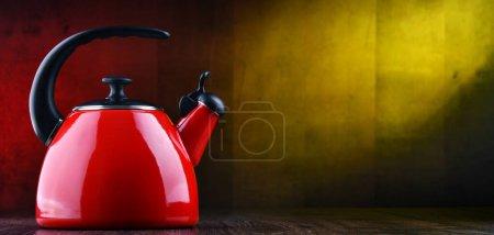 Photo pour Bouilloire traditionnelle en acier inoxydable avec sifflet de deux litres - image libre de droit