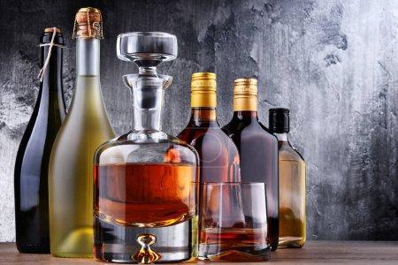 Photo pour Composition avec carafe et bouteilles de boissons alcoolisées assorties. - image libre de droit