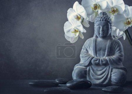 Photo pour Statue de Bouddha et pierres sur fond noir - image libre de droit
