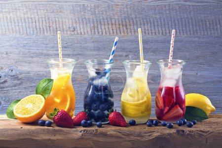 Photo pour Boissons de fruits d'été sur une table en bois - image libre de droit