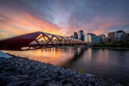 Photo pour View of pedestrian bridge over the Bow River in Calgary Alberta at sunrise. - image libre de droit
