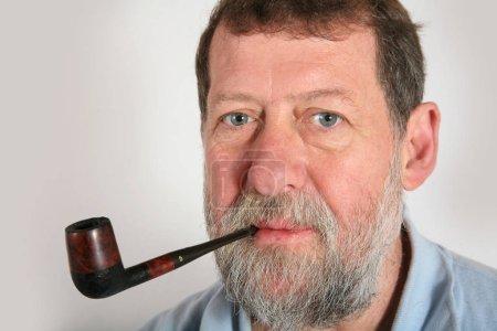 Photo pour Mature scandinave homme fumer pipe - image libre de droit