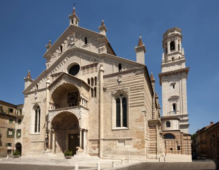 Foto de La fachada de la catedral románica de edades católica en verona, la ciudad de romeo y Julieta, Italia - Imagen libre de derechos