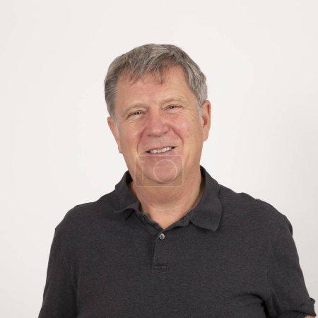 Photo pour Portrait de l'homme d'âge mûr en chemise noire recherche amical - image libre de droit