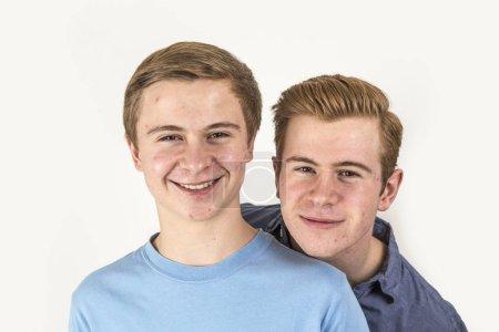 Photo pour Portrait de beaux frères posant en studio - image libre de droit