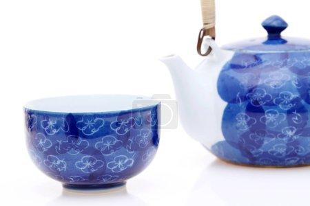 Photo pour Thé vert japonais dans un ensemble de thé avec coupe et pot - image libre de droit