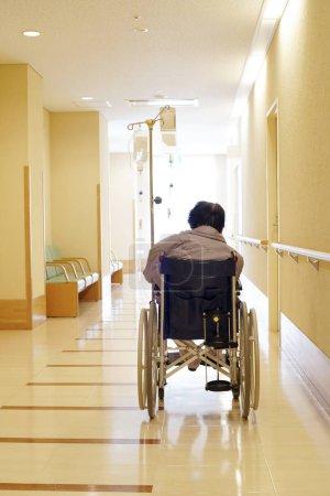 Photo pour Femme âgée ou âgée assise en fauteuil roulant à l'hôpital - image libre de droit