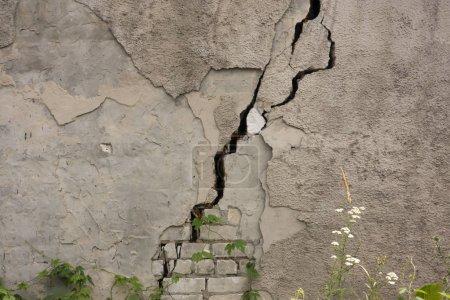 Photo pour Maison endommagée vieux mur de bâtiment délabré. Une maison privée abandonnée tombe en ruine. Journée ensoleillée, orientation horizontale, personne . - image libre de droit