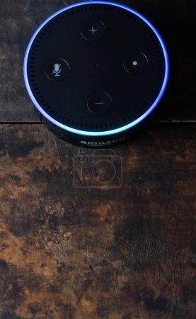 Foto de Tokio, Japón - 28 de junio de 2018. Eco punto de Amazon, asistente virtual de Alexa sobre tablero de madera. - Imagen libre de derechos