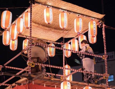 Tokio, Japón - 12 de agosto de 2018. Taiko el baterista golpeando el tambor en la celebración del Bon Odori en el barrio de Shimokitazawa en la noche