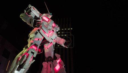 Photo pour Tokyo, Japon - 15 août 2018. Vie illuminée taille Gundam Unicorn Rx-0 modèle statue à Odaiba. - image libre de droit