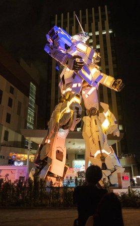 Photo pour TOKYO, JAPON - 15 AOÛT 2018. Statue illuminée grandeur nature du modèle RX-0 Unicorn Gundam à Odaiba . - image libre de droit