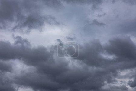 Photo pour Ciel nuageux sombre dramatique avant la tempête - image libre de droit