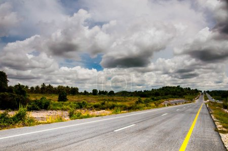 Photo pour Route asphaltée sur fond de ciel nuageux - image libre de droit