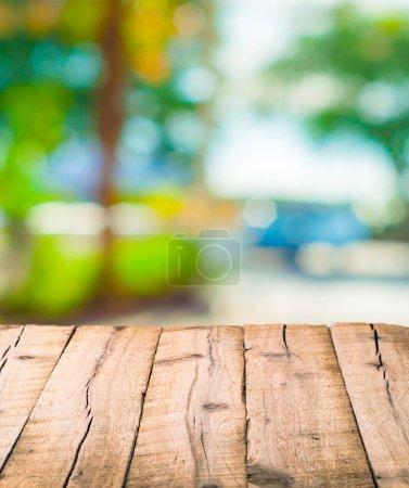 Foto de Tablones de madera texturizada sobre fondo borroso - Imagen libre de derechos