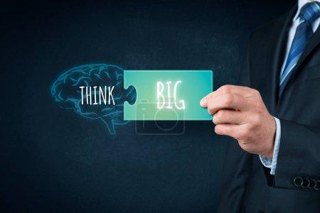 Foto de Creo que el concepto motivacional de las grandes empresas. Entrenador motivar a grandes metas y éxito. Cerebro dibujado con texto piense y pieza de puzle con texto grande. - Imagen libre de derechos