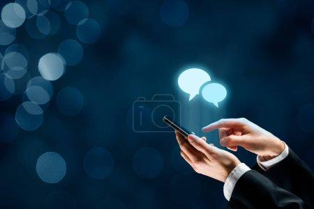 Photo pour Communiquer (discuter) sur le concept de smartphone. Utilisateur de téléphone mobile et bulles de parole icônes . - image libre de droit