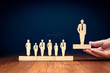 Photo pour Chef d'équipe performant (gestionnaire, PDG, leader du marché) et autres concepts de leadership d'entreprise . - image libre de droit