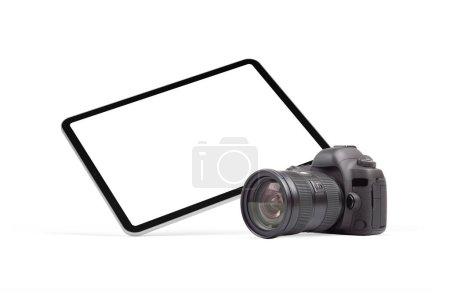 Photo pour Tablette numérique moderne et appareil photo reflex numérique sur fond blanc. Élément graphique universel pour la propagation et la conception des photographes. - image libre de droit
