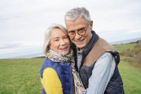 Photo pour Couple de personnes âgées en bonne santé sur la promenade de campagne - image libre de droit