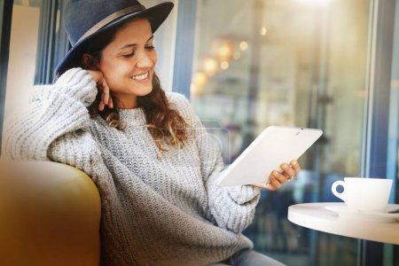 Photo pour Jolie brune avec tablette dans un café moderne - image libre de droit