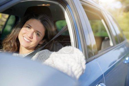 Photo pour Voiture conduite brunette heureuse - image libre de droit