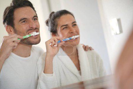 Photo pour Fun couple attrayant se brosser les dents - image libre de droit