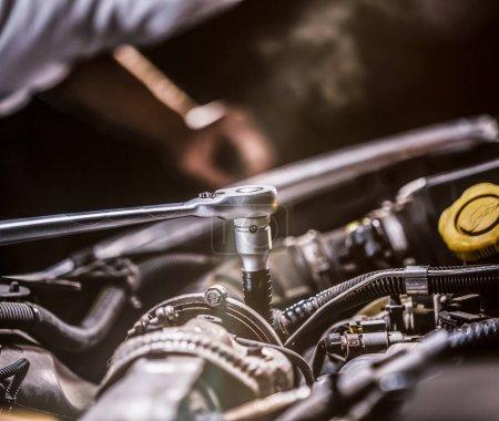 Photo pour Mécanicien automobile travaillant sur le moteur de voiture dans le garage mécanique. Service de réparation. Plan rapproché authentique - image libre de droit