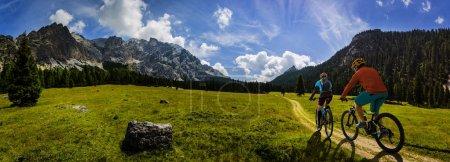 Photo pour Cyclisme femme et homme à vélo dans les montagnes Dolomites andscape. Couple vélo VTT piste d'enduro. Activité sportive de plein air . - image libre de droit