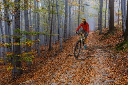 Photo pour Cyclisme homme à vélo au coucher du soleil montagnes paysage forestier. Couple vélo VTT enduro piste de flux. Activité sportive de plein air . - image libre de droit