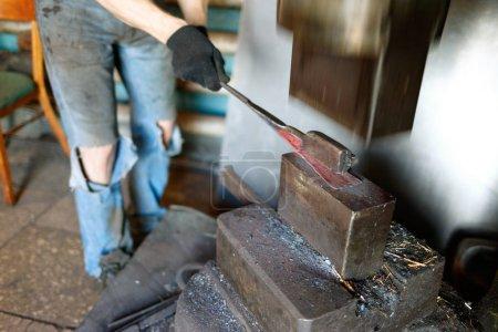 Herrero forja mediante el uso de martillo neumático .