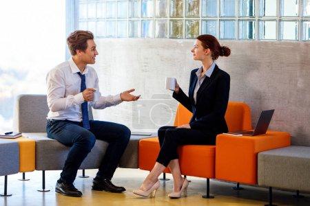 Photo pour Deux collègues bavardant sur la pause café dans le centre d'affaires moderne . - image libre de droit
