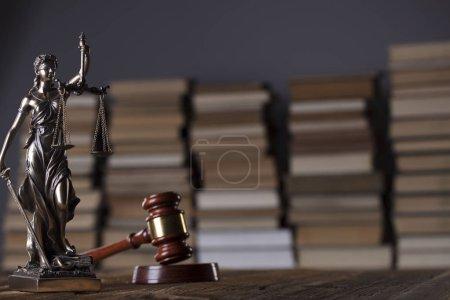 Photo pour Cabinet d'avocat. Gavel, Themis et livres juridiques sur le bureau en bois. - image libre de droit